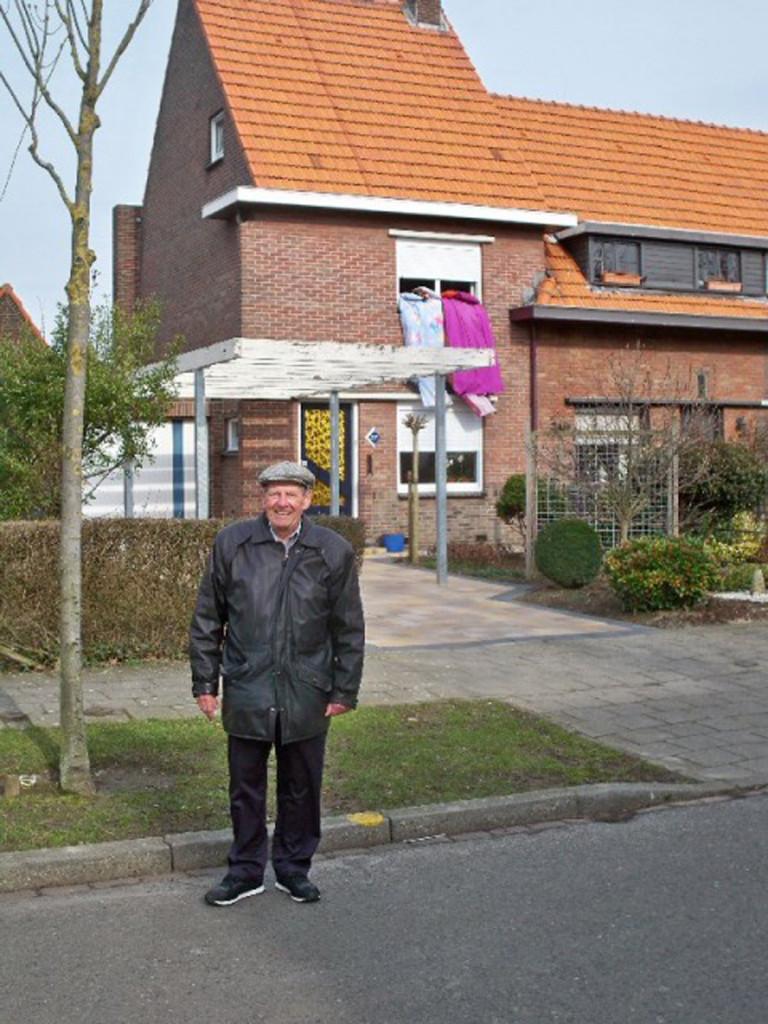 Wim in front of the Eschdoornstraat home – 2010