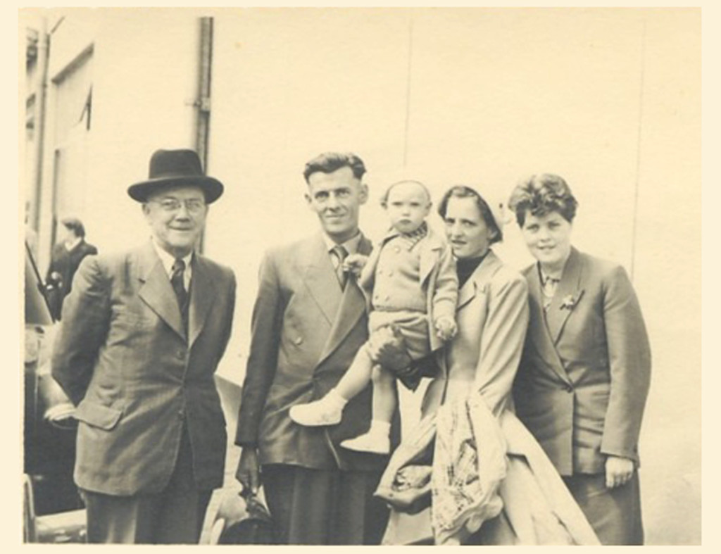 043_1953_June_6_Papa_Weekers_Wim_Paul_and_Mariet_Lenie_in_Rotterdam